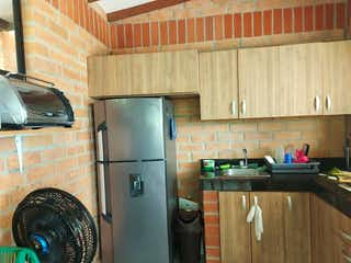Una cocina con nevera y fregadero en Casa en venta en Casco Urbano Sopetrán, de 400mtrs2