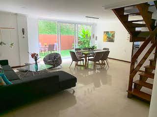 Una sala de estar llena de muebles y una ventana en Casa en venta en Manila 228m²