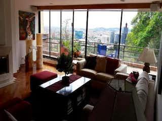 Una sala de estar llena de muebles y una ventana en Apartamento En Venta En Bogota Santa Ana Oriental-Usaquén, cuenta con 4 habitaciones y 2 garajes.