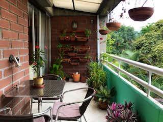 Una mesa con una planta en maceta sobre ella en VENDO APARTAMENTO DUPLEX EN LA NUEVA VILLA DE ABURRA