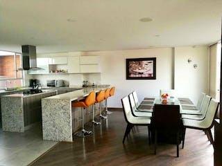 Una sala de estar llena de muebles y una mesa en Casa en venta en Colina Campestre, 105mt de dos niveles