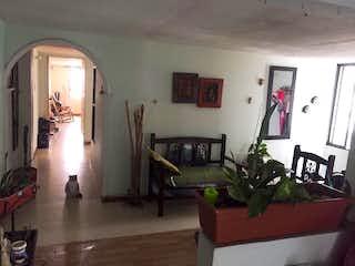 Una sala de estar llena de muebles y una televisión de pantalla plana en Apartamento en venta en La Candelaria de tres habitaciones