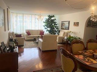 Una sala de estar llena de muebles y una mesa en Apartamento en Venta ALHAMBRA