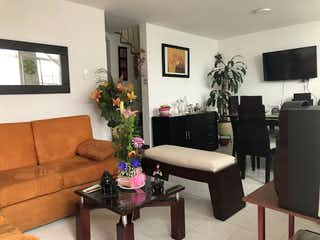 Una sala de estar llena de muebles y una planta en maceta en Casa en Venta LA ISABELA