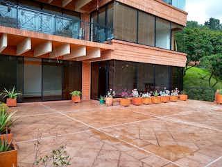 Un grupo de personas sentadas fuera de un edificio en Apartamento en Venta SANTA BARBARA ALTA