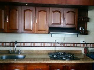 Una cocina con armarios de madera y un fregadero en Apartamento en Venta TIERRA BUENA