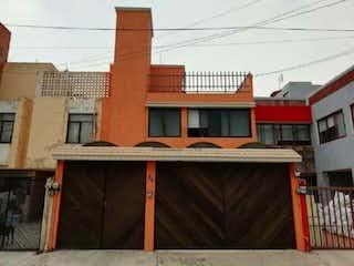 Un edificio de ladrillo rojo con un techo rojo en Casa en Venta en Los Olivos Coyoacán