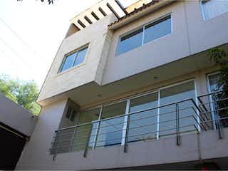 Un edificio blanco con una ventana y una ventana en Casa en venta en Valle De Tepepan 340m² con Jardín...