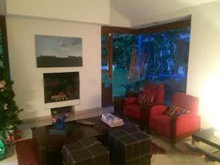 Una sala de estar llena de muebles y una ventana en Casa En Venta En Bogota Santa Ana Oriental