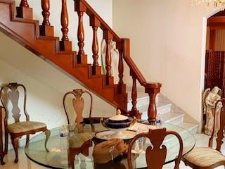 Una habitación llena de un montón de muebles de madera en Casa en venta en Polanco de 4 hab. con Bbq...