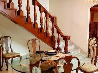 Una habitación llena de un montón de muebles de madera en En Polanco 225m2