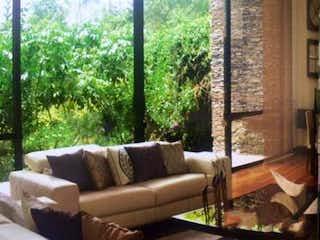 Una sala de estar llena de muebles y una ventana en Casa En Venta En Bogota Altos De Provenza - con dos pisos