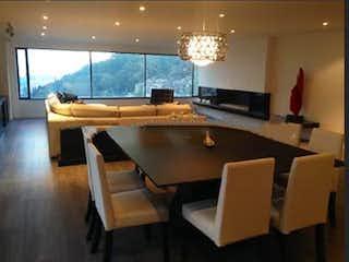 Una sala de estar llena de muebles y una gran ventana en Apartamento En Venta En Bogota Chico Alto- 4 alcobas