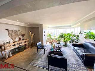 Una sala de estar llena de muebles y una chimenea en Almonte