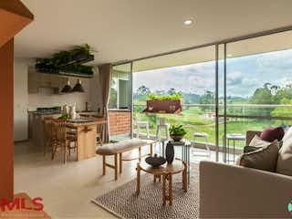 Una sala de estar llena de muebles y una gran ventana en Club Verde Terra