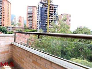 Una ventana con un horizonte de la ciudad en el fondo en Bosques De La Campiña