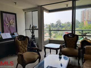 Una sala de estar llena de muebles y una ventana en California (Envigado)
