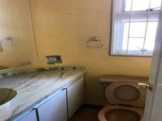 Un cuarto de baño con un inodoro y un lavabo en Casa En Venta En Bogota Santa Ana Oriental