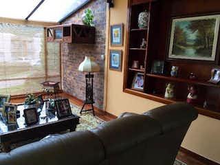 Una sala de estar llena de muebles y una televisión de pantalla plana en Casa Campestre En Arriendo/venta En Sopo Hato Grande