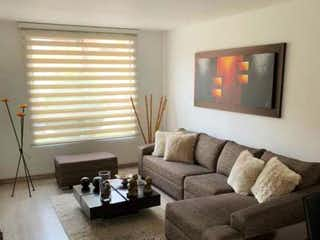 Una sala de estar llena de muebles y una televisión de pantalla plana en Casa en venta en Colina Campestre, 105mt de dos niveles