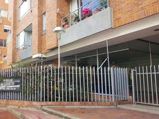 Un edificio de ladrillo con un letrero en la calle en VENTA APARTAMENTO ARBOLEDA DEL COUNTRY