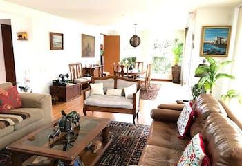 Casa En Chia Santa Ana cuenta con 2 garajes cubiertos independientes y 4 descubiertos.