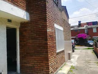 Un edificio de ladrillo con un edificio de ladrillo rojo en Casa En Venta En Bogota Alqueria La Fragua