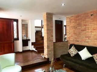 Una sala de estar llena de muebles y una chimenea en Casa en venta en Bojacá de 204m² con Bbq...