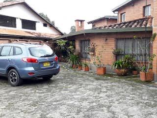 Un coche estacionado delante de una casa en Casa en venta en Chipre 1700m²