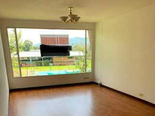 Una vista de una sala de estar con suelos de madera en Se vende lindo y amplio apartamento en Mazuren