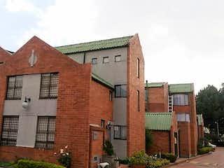 Un edificio de ladrillo con un reloj en la parte delantera en Casa En Venta En Bogota El Cortijo-Engativa