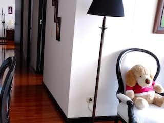 Un osito de peluche sentado en una silla en una habitación en Apartamento En Venta En Bogota Prado Veraniego