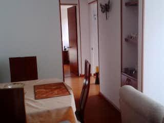 Una sala de estar llena de muebles y una ventana en Apartamento en venta en Mirandela de 3 alcoba