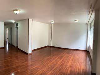 Un cuarto de baño con dos lavabos y un pasillo en VENTA APARTAMENTO GALERIAS EXTERIOR 91 MTS