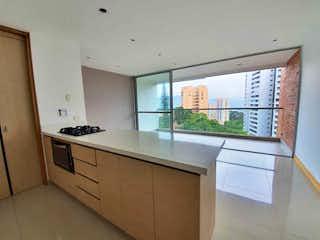 Una cocina con un lavabo y una ventana en Apartamento en la loma del esmeraldal
