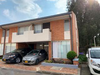 Un coche estacionado delante de una casa en Casa En Venta En Chia Chia