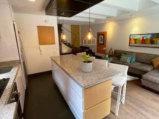 Una habitación con un sofá y una mesa en ella en Apartamento En Venta En Bogota La Cabrera