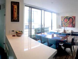 Una sala de estar llena de muebles y una ventana en 101 con 16, Apartamento en venta en Chicó Navarra de 2 habitaciones