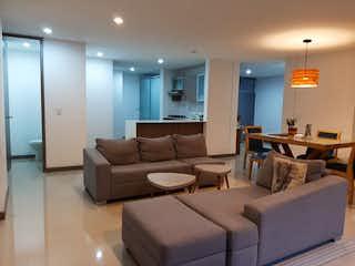 Una sala de estar llena de muebles y una gran ventana en Venta de Apartamento Ciudad del Rio, Medellín