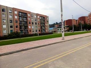 Una calle que tiene un edificio en el fondo en Apartamento En Venta En Bogota Suba