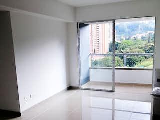 Un cuarto de baño con una ventana y una bañera en Apartamento En Venta En Sabaneta Sabaneta