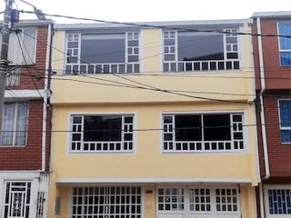 Un gran edificio con un gran ventanal en Venta Casa En Quirigua