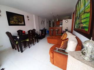 Una sala de estar llena de muebles y una ventana en vendo apartamento Sabaneta