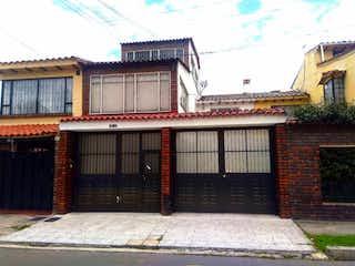 Un edificio con una señal roja y blanca en Casa en venta en Las Margaritas con acceso a Jardín