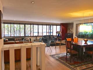 Una sala de estar llena de muebles y una televisión de pantalla plana en Apartamento En Venta En Bogota Los Rosales