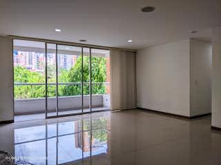 Un baño con una ventana y una puerta de cristal en Edificio Montecarlo