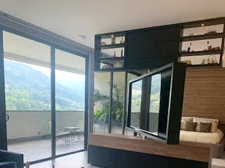 Un cuarto de baño con una bañera grande y ventanas en Apartamento en Venta LOS BALSOS