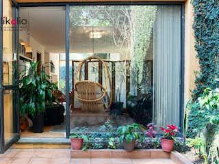 Una planta en maceta sentada delante de la ventana en Casa en Camino Real de Tetelpan Ciudad de México