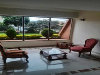 Una sala de estar llena de muebles y una ventana en Apartamento en venta en Puente Largo 117m²