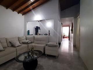 Una sala de estar llena de muebles y una ventana en Se Vende Casa en Belén, Medellín